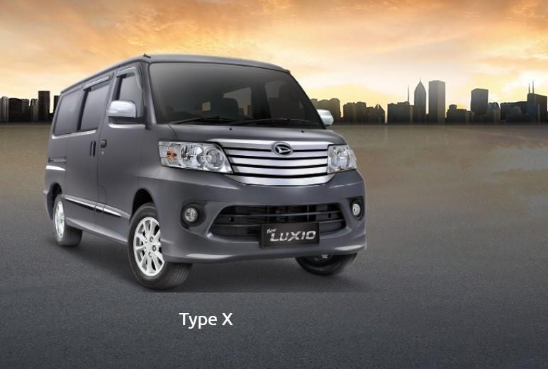 Gambar mobil Daihatsu Luxio type X berwarna abu-abu hitam dilihat dari sisi depan