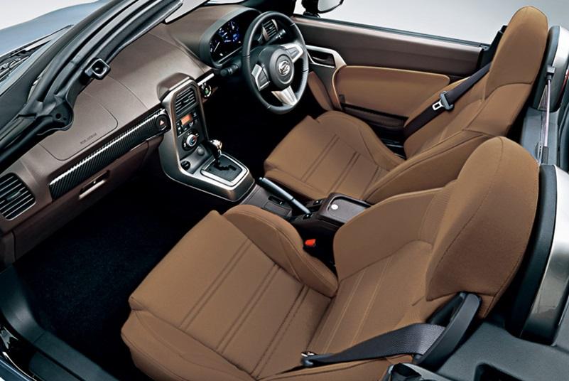 Interior Daihatsu Copen hanya mampu menampung dua orang sekaligus